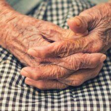 El drama de ser viejo y sin asistencia social